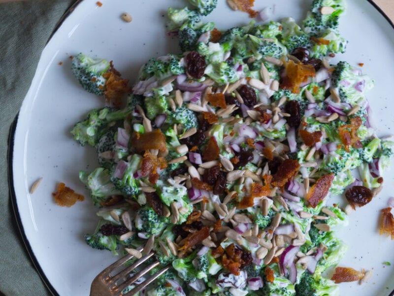 Broccolisalat med sprød bacon