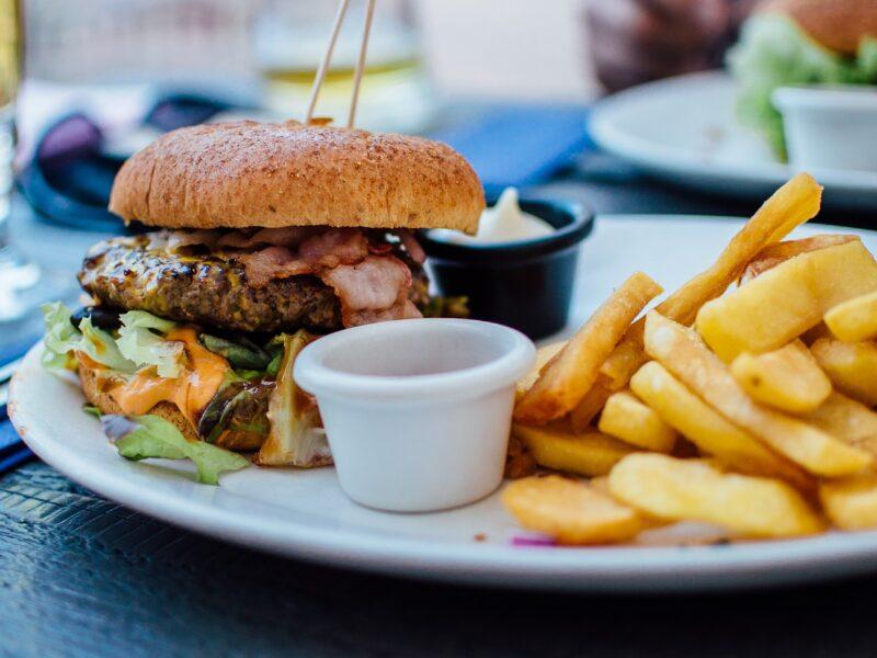 Burger med-pommes fritter