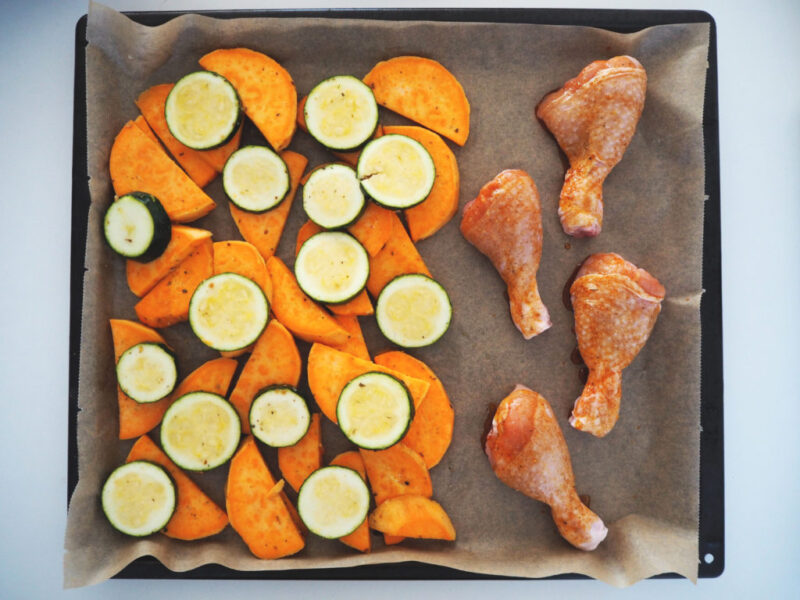 Kyllingelår og grøntsager i ovn