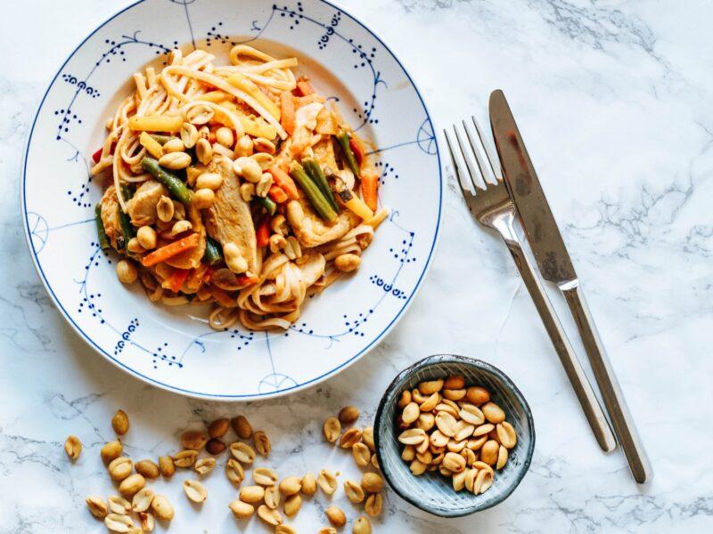 Wok med kylling og grøntsager i peanutbuttersauce