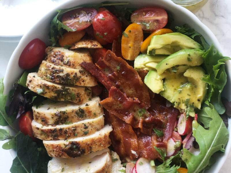 Salat med rosmarinstegt kylling, bacon og avocado