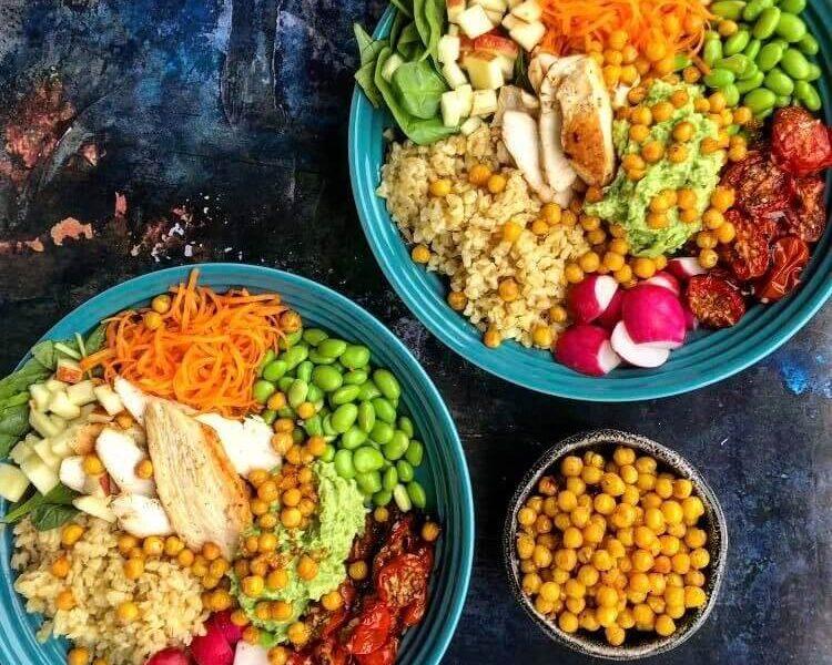 Buddha Bowl med bagte tomater, edamamecreme og ristede kikærter